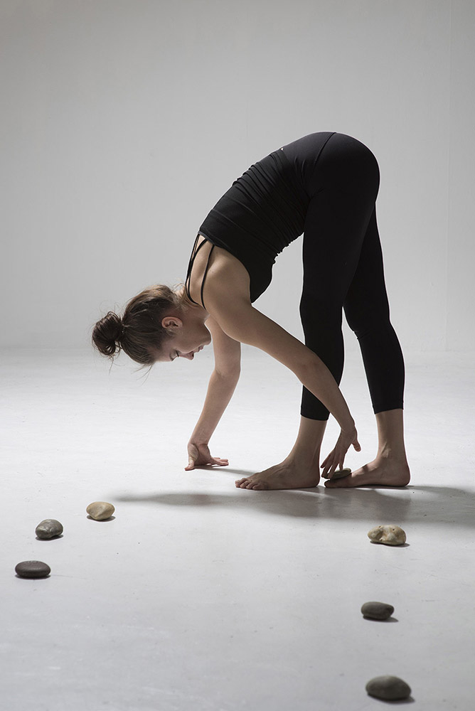 Skin/Space/Stone. Choreographer/Director: Sasha Roubicek Dancer: Renee Stewart. Photographer: Hugo Glendinning